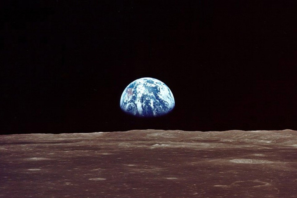 earthrise apollo 11.jpg