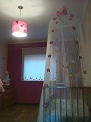Lindo mosquiteiro decorado com flores de feltro....