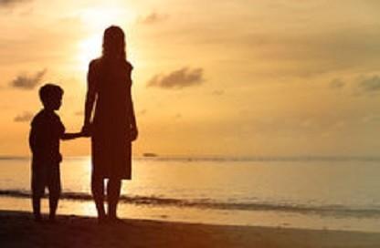 mãe-e-filho-que-andam-na-praia-do-por-do-sol-6991