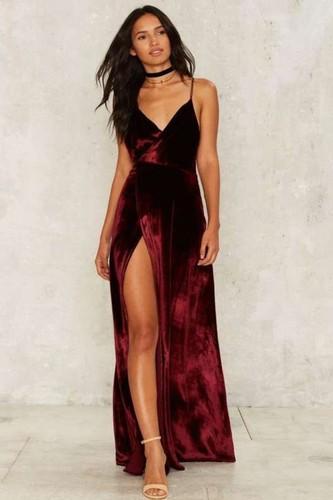 vestido-com-fenda-de-veludo-vermelho.jpg