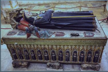 Túmulo da Rainha Santa, jacente e frontal direito