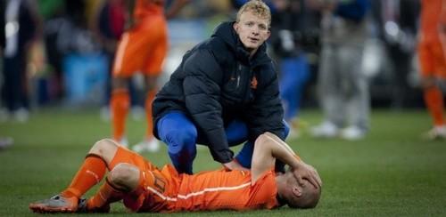 kuyt-consola-sneijder-apos-a-derrota-da-holanda-na