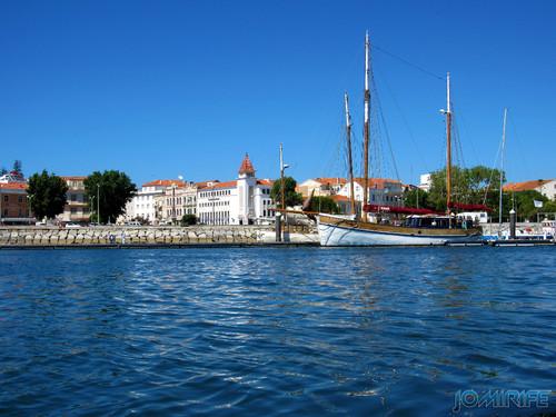 Barco e Banco na marina da Figueira da Foz [en] Bank and boat marina in Figueira da Foz