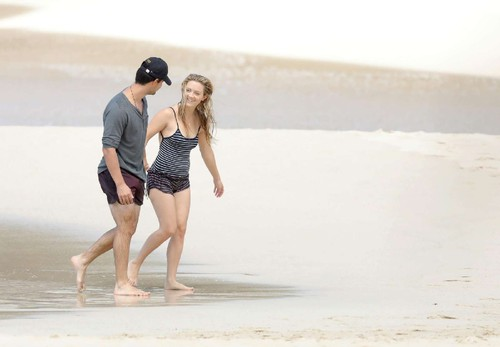 Billie-Lourd-and-Taylor-Lautner-on-the-beach--46.j