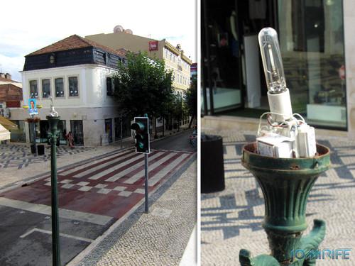 Candeeiro de rua com lâmpada e a parte eléctrica desprotegida na Figueira da Foz em Rua da Liberdade [en] Street lamp with lamp and electrical parts unprotected in Figueira da Foz on liberty street