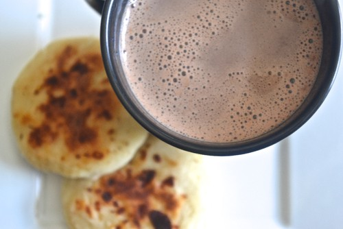 chocolate_caliente_arepa_colombia.jpg