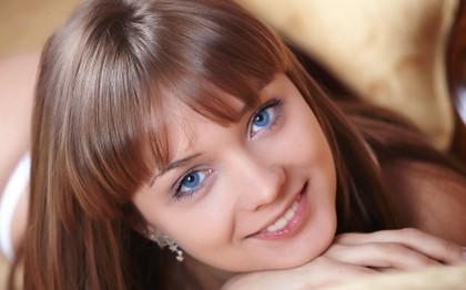 Mulher com olhos azuis