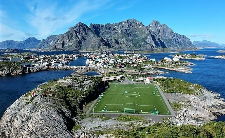 henningsvaer-football-pitch-lofoten-islands (3).jp