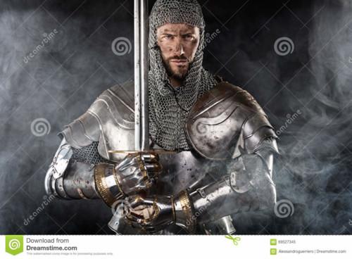 guerreiro-medieval-com-armadura-e-espada-do-correi