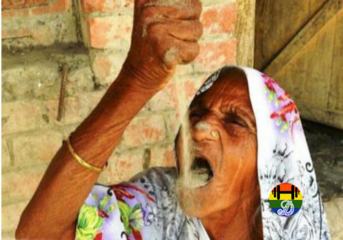 Kusmawati-is-a-78-year-old-eats-sand-daily-e147897