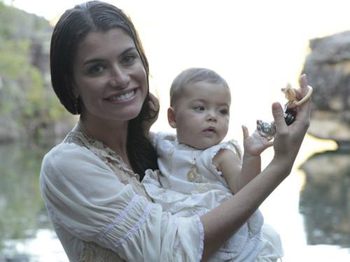 Alinne Moraes brinca com bebê que fez Princesa Aurora aos seis meses de idade