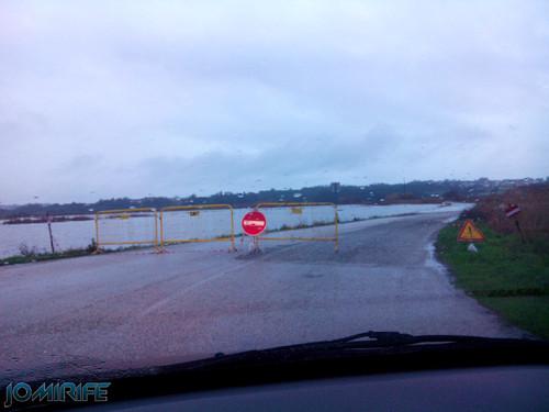 Estrada cortada por inundações da chuva [en] Road cut by flooding from rain