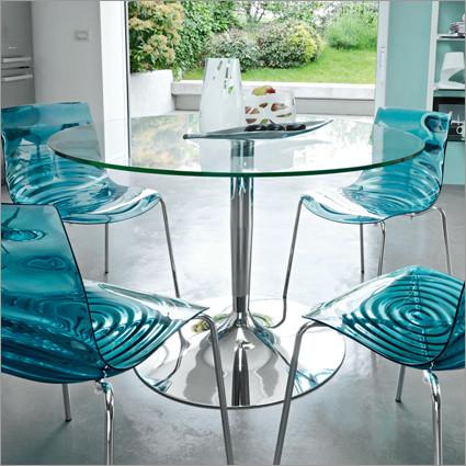 mesa de vidro com cadeiras azul transparente