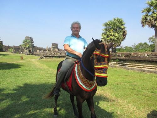 Angkor Wat a cavalo 1.JPG