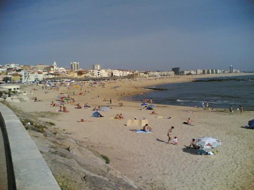 Muita gente na praia em Buarcos já em Maio