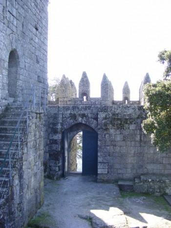 Interior-muralhas-Castelo-de-Lanhoso-1-e1412900799