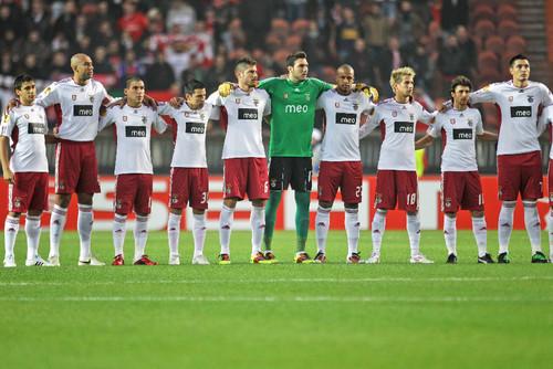equipa do benfica abraçada antes do jogo