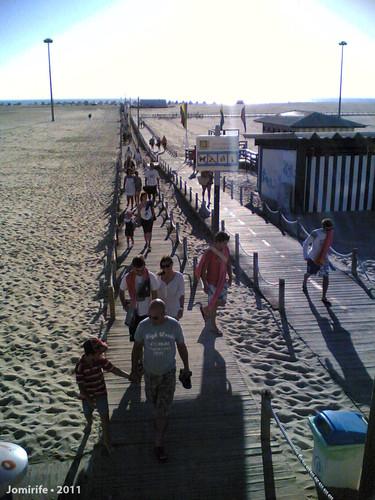 Pessoas a deixar a praia da Figueira da Foz