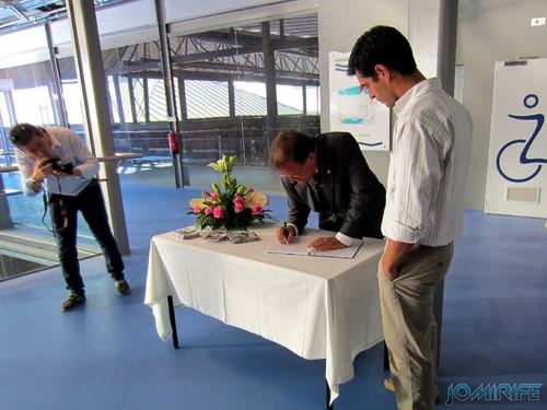 Exposição coletiva de Fotografia «Figueira da Foz, aqui sou feliz» - Presidente João Ataíde a assinar o livro [en] Exhibition of Photography «Figueira da Foz, I am happy here»