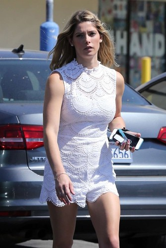Ashley-Greene -Shows-off-her-toned-legs-while-stop