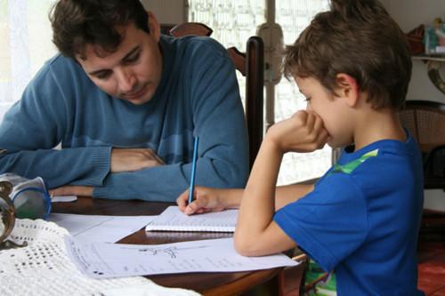 pai-e-filho-estudando.jpg