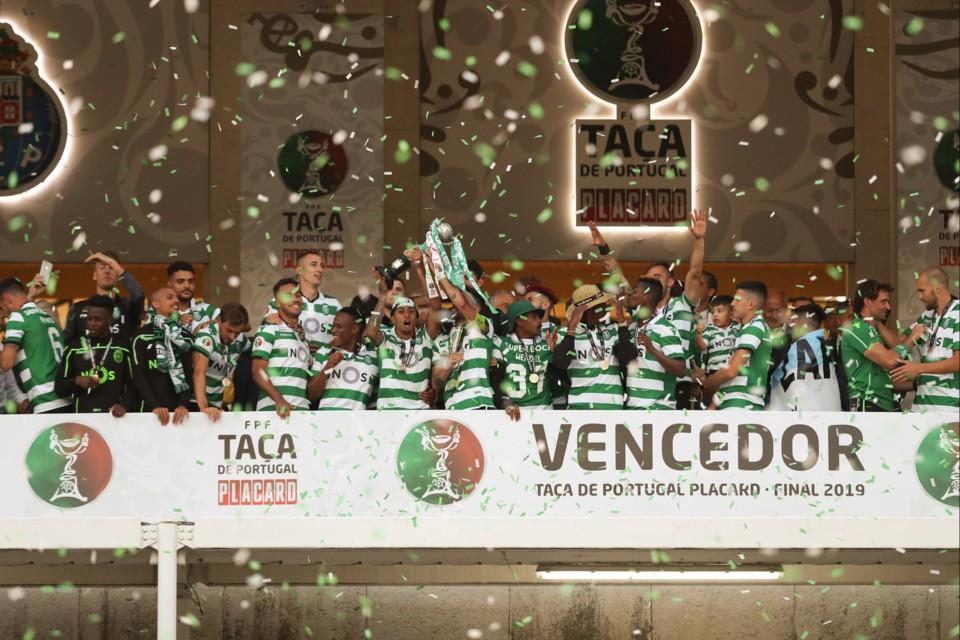 SCP - a erguer Taça de Portugal.jpg
