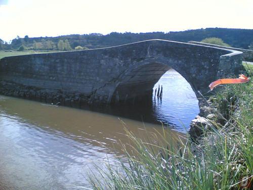 Ponte antiga de pedra em terres agrículas