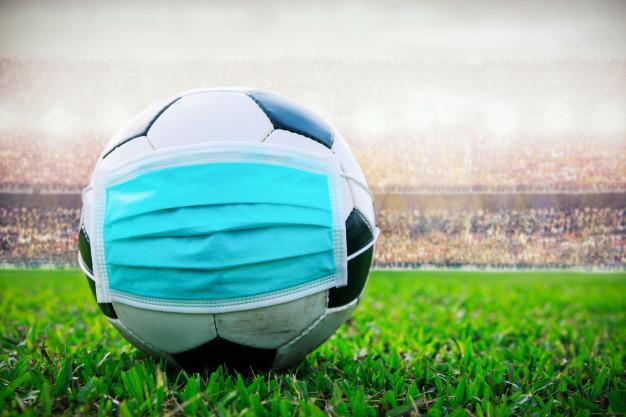 bola-de-futebol-com-mascara-medica-no-estadio-todo