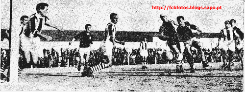 1956-57-fcb-torreense-duarte vai afastar a bola.pn