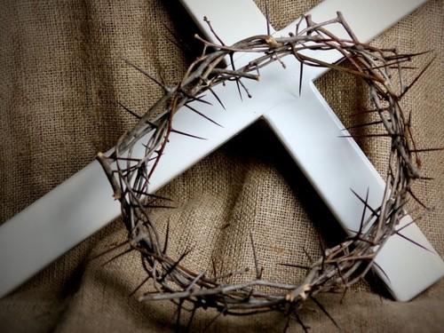 Cruz e coroa de espinhos