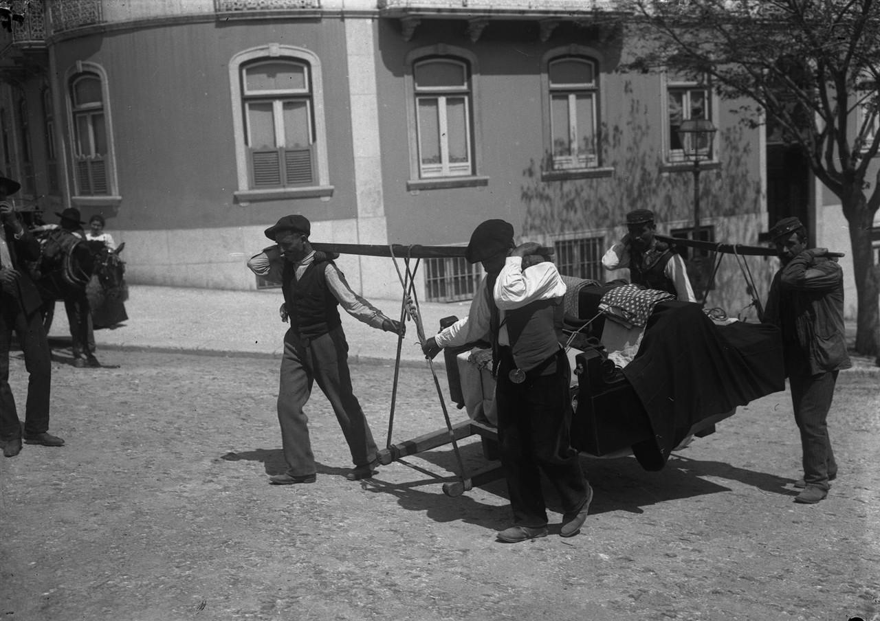 Moços de fretes, 1908, foto de Joshua Benoliel, i