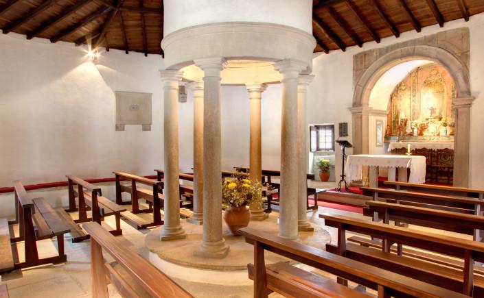 Capela São Mamede Janas - interior.jpg