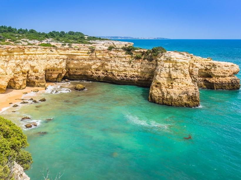 beaches-europe-Praia-de-Albandeira-G7N3H7.jpg