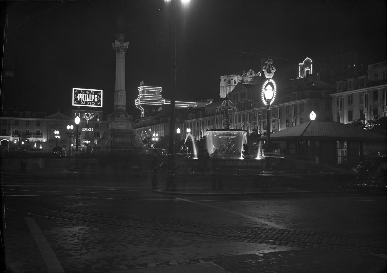 Rossio à noite, Lisboa (H. Novaes, c. 1947)