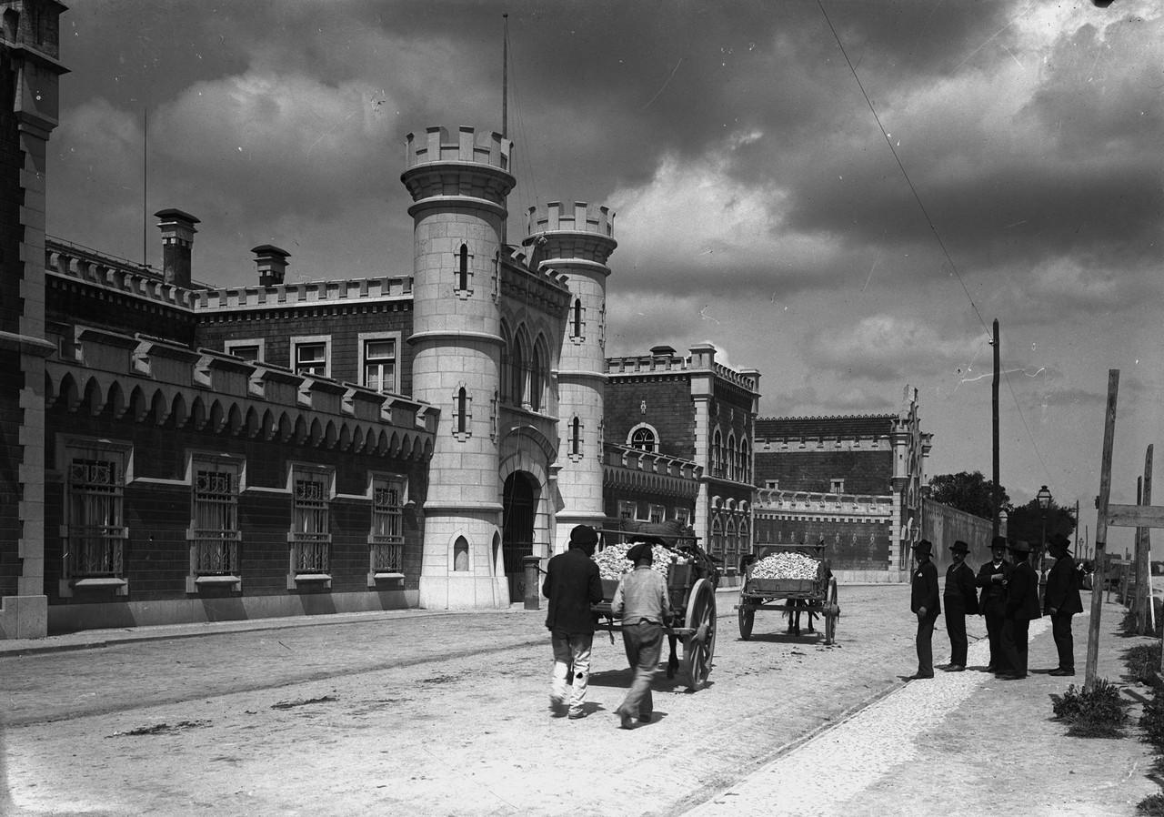 Transporte de pedra ante a penitenciária, Lisboa (p. Guedes, 1910)