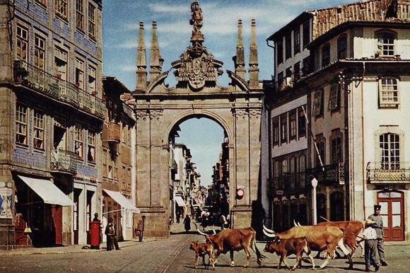 Postal ilustrado mostra um rapaz conduzindo o gado junto for O rapaz a porta