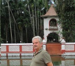 Henrique num templo indú em Goa.jpg