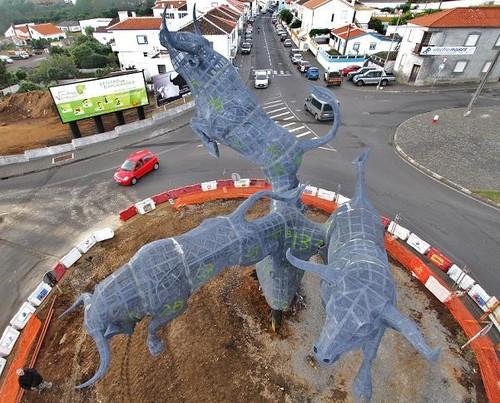 Uma perspectiva diferente do Monumento ao Toiro, em montagem na aficionada cidade de Angra...