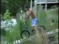 Saltar para o lago de bicicleta