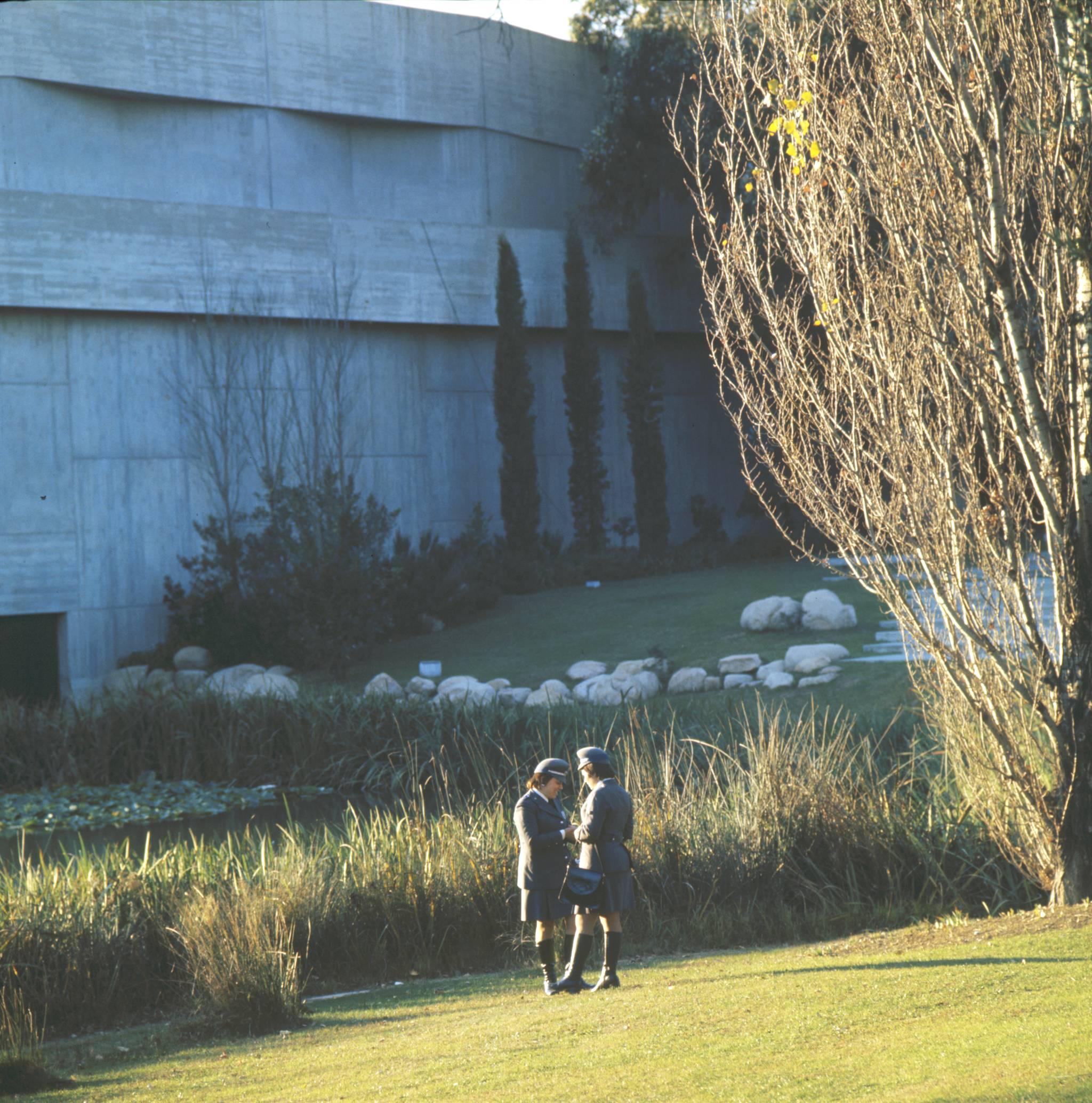 Jardim da Gulbenkian com mulheres polícias, Lisboa (A. Pastor, 1973)